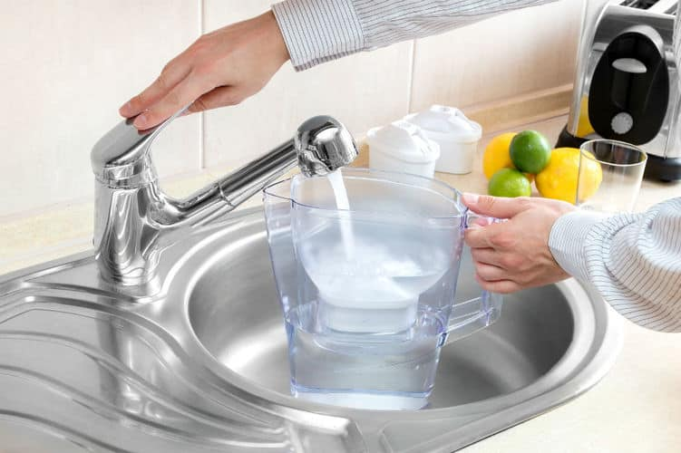 Filling of the pitcher with water on the faucet
